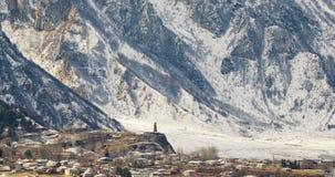 Região de Mtskheta-Mtianeti, Geórgia Igreja e torre de vigia antigas velhas na vila de Sioni Paisagem Georgian bonita dentro vídeos de arquivo