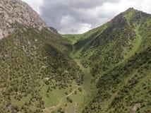 Região de Quirguizistão Osh do vale de Alay da vila de Murdash Uma vista do vale de Alay, da escala transporte-alay, e do rio oci foto de stock