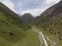 Região de Quirguizistão Osh do vale de Alay da vila de Murdash Uma vista do vale de Alay, da escala transporte-alay, e do rio oci foto de stock royalty free
