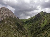 Região de Quirguizistão Osh do vale de Alay da vila de Murdash Uma vista do vale de Alay, da escala transporte-alay, e do rio oci fotografia de stock royalty free