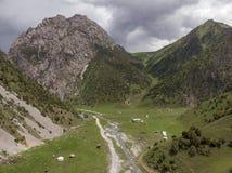 Região de Quirguizistão Osh do vale de Alay da vila de Murdash Uma vista do vale de Alay, da escala transporte-alay, e do rio oci imagem de stock royalty free