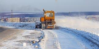Região de Rússia, Sibéria, Novosibirsk, Iskitim - 6 de janeiro de 2016: Estrada dos espaços livres dos Snowplows Foto de Stock