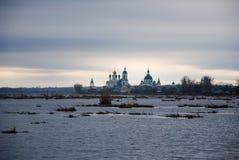 Região de Rostov, um lago, um monastério perto do lago fotos de stock