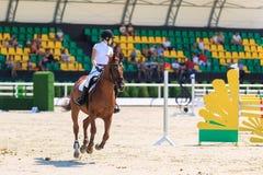 REGIÃO DE TAGANROG, ROSTOV-ON-DON, O 6 DE AGOSTO DE 2017: Competições no esporte equestre, devotado ao dia da libertação do Nekli Fotos de Stock