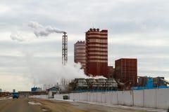 Região de Voronezh, Rossosh Rússia: 11 de novembro de 2011 Adubos minerais da planta da exaustão Ilustração da poluição ambiental fotografia de stock royalty free