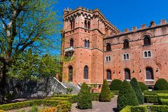 Região do Chianti, Itália - 21 de abril de 2018: Castello di Brolio, um castelo rural, palácio e jardins, perto de Siena, região  fotos de stock royalty free
