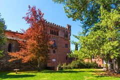 Região do Chianti, Itália - 21 de abril de 2018: Castello di Brolio, um castelo rural, palácio e jardins, perto de Siena, região  fotos de stock