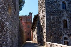 Região do Chianti, Itália - 21 de abril de 2018: Castello di Brolio, um castelo rural, palácio e jardins, perto de Siena, região  imagens de stock royalty free