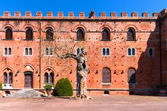 Região do Chianti, Itália - 21 de abril de 2018: Castello di Brolio, um castelo rural, palácio e jardins, perto de Siena, região  fotografia de stock royalty free