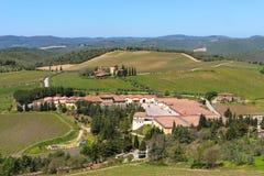 Região do Chianti, Itália - 21 de abril de 2018: Paisagem rural da terra, árvores de cipreste, vinhedos e oliveiras de Castello d foto de stock