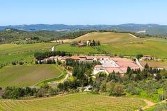 Região do Chianti, Itália - 21 de abril de 2018: Paisagem rural da terra, árvores de cipreste, vinhedos e oliveiras de Castello d fotos de stock royalty free