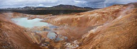 Região Islândia do nordeste Escandinávia de Myvatn da área vulcânica de Krafla do panorama da formação do rhyolite de Leirhnjukur fotos de stock