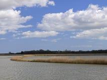 Região pantanosa no rio Alde - a torre de igreja de Iken - Suffolk Fotografia de Stock