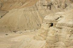 A região selvagem montanhosa estéril em Qumran que o local arqueológico histórico do Mar Morto enrola em Israel foto de stock royalty free