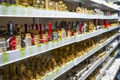 Región de Cheliábinsk, Rusia - JUNIO DE 2019 Ventas de la fontanería Estante con las mercancías Algunas válvulas y colocaciones d fotos de archivo libres de regalías