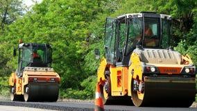 REGIÓN DE CHERKASSY, UCRANIA - 31 DE MAYO DE 2018: reparación de una carretera, trabajos de construcción de carreteras máquina de almacen de metraje de vídeo