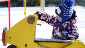 REGIÓN DE CHERKASY, UCRANIA, EL 25 DE DICIEMBRE DE 2018: invierno, escarchado, nevoso, día soleado un niño pequeño de 4 años, en  metrajes