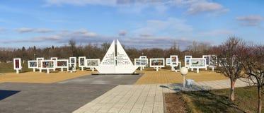Región de Gomel, distrito de Zhlobin, PUEBLO ROJO de la PLAYA, Bielorrusia - 16 de marzo de 2016: Complejo conmemorativo en playa Imagenes de archivo