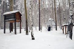 Región de Irkutsk, RU-febrero, 18 2017: Warehouse y amigo en campo del nómada de Evenk Museo de la arquitectura de madera Taltsy Fotos de archivo