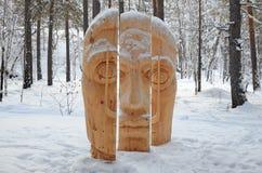 Región de Irkutsk, Rusia-enero, 03 2015: Cara de tres porciones Parque de esculturas de madera en el pueblo de Savvateevka Foto de archivo libre de regalías