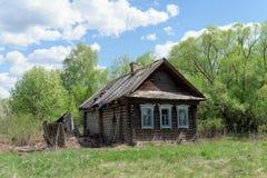 Región de Ivanovo, Rusia - 9 de mayo 2016 Pequeño cortijo de madera abandonado en la primavera Fotografía de archivo libre de regalías
