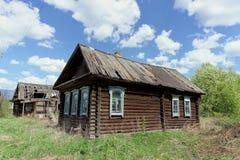 Región de Ivanovo, Rusia - 9 de mayo 2016 Pequeño cortijo de madera abandonado en la primavera Fotografía de archivo