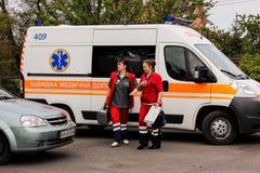 REGIÓN de KIEV, UCRANIA - 12 de mayo de 2016: ambulancia y una enfermera en la calle La ambulancia está cerca del hospital Imagenes de archivo