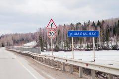 Región de la ondulación permanente, Rusia - 16 de abril 2017: Paisaje de la primavera con el camino Foto de archivo