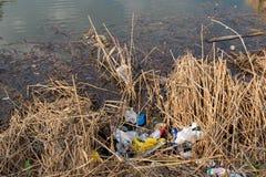 Región de Moscú, Rusia - 26 de abril de 2019: El plástico y la otra ruina en el lago El concepto de contaminaci?n de agua Problem fotos de archivo