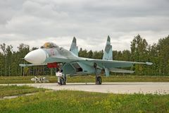 Región de Moscú, Rusia, julio, 10, 2018 Caza a reacción Sukhoy Su-27 en la exhibición del parque militar foto de archivo