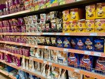 Región de Moscú, Rusia - 29 de junio de 2019: Estantes en la tienda con la comida para los gatos y los perros imagen de archivo libre de regalías