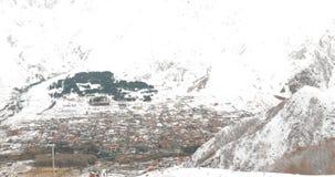 Región de Mtskheta-Mtianeti, Georgia Pueblos Stepantsminda y Gergeti en la estación del invierno almacen de metraje de vídeo