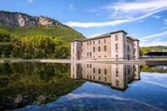 Región de Trentino Alto Adige de las reflexiones del agua del castillo de Albere del delle de Trento Palazzo - Italia imágenes de archivo libres de regalías