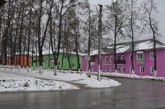 Región de Tula, ciudad de Suvorov Casas coloreadas foto de archivo libre de regalías