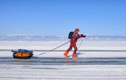 REGIÓN del LAGO BAIKAL, IRKUTSK, RUSIA - 8 de marzo de 2017: El hombre maduro en patines se está moviendo activamente a lo largo  fotografía de archivo libre de regalías