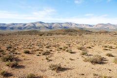 Región semidesértica con las montañas y el cielo azul Foto de archivo
