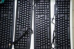 Regi?n de Cheli?binsk, Rusia - febrero de 2019 Teclado negro para un ordenador con una fuente rusa en el escaparate imágenes de archivo libres de regalías