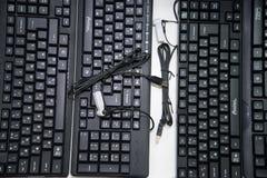 Regi?n de Cheli?binsk, Rusia - febrero de 2019 Teclado negro para un ordenador con una fuente rusa en el escaparate foto de archivo libre de regalías