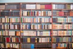 Regi?n de Cheli?binsk, Rusia - marzo de 2019 El dejar de lado con los libros en la biblioteca escolar Estantes de la biblioteca imagenes de archivo