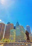 Regierung der Leuteskulptur und der Skyline der Wolkenkratzer Stockfotografie