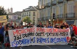 Regierungsfeindliche Demonstration mit großer Fahne auf Straßen von Madrid, Spanien Lizenzfreies Stockfoto