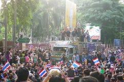 Regierungsfeindliche Protestierender, zum der königlichen thailändischen Polizei zu blockieren. Der Protest gegen die Amnestierech Lizenzfreies Stockfoto