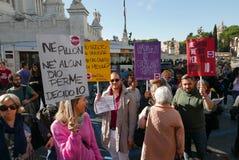 Regierungsfeindlicher Protest in Rom stockbilder