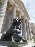 Regierungsstelle Kongreß von Abgeordneten von Spanien mit Bronzelöwe Lizenzfreies Stockfoto