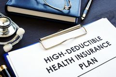 regime assicurativo di assicurazione malattia di Alto-franchigia HDHP su uno scrittorio fotografie stock