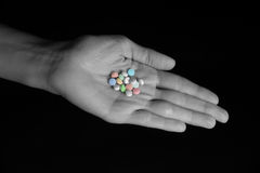 Regime diário do comprimido - comprimidos na mão fêmea Foto de Stock