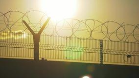Regime rigoroso della prigione del recinto il filo spinato della siluetta recinto di immigrazione clandestina dai rifugiati Immig stock footage