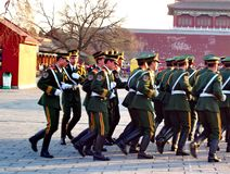 Regimented Chińskich osob wyzwolenia wojska żołnierze maszerują wśrodku Niedozwolonego miasta zdjęcia royalty free