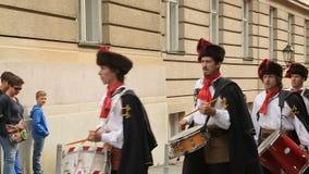Regimiento famoso que marcha en las calles de Zagreb, guardia del honor, Croacia del pañuelo almacen de metraje de vídeo