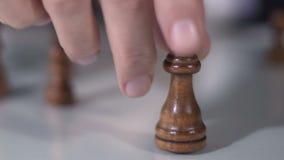 Regina commovente della mano maschio nel gioco di scacchi, nella fortuna e nella strategia di società, primo piano stock footage